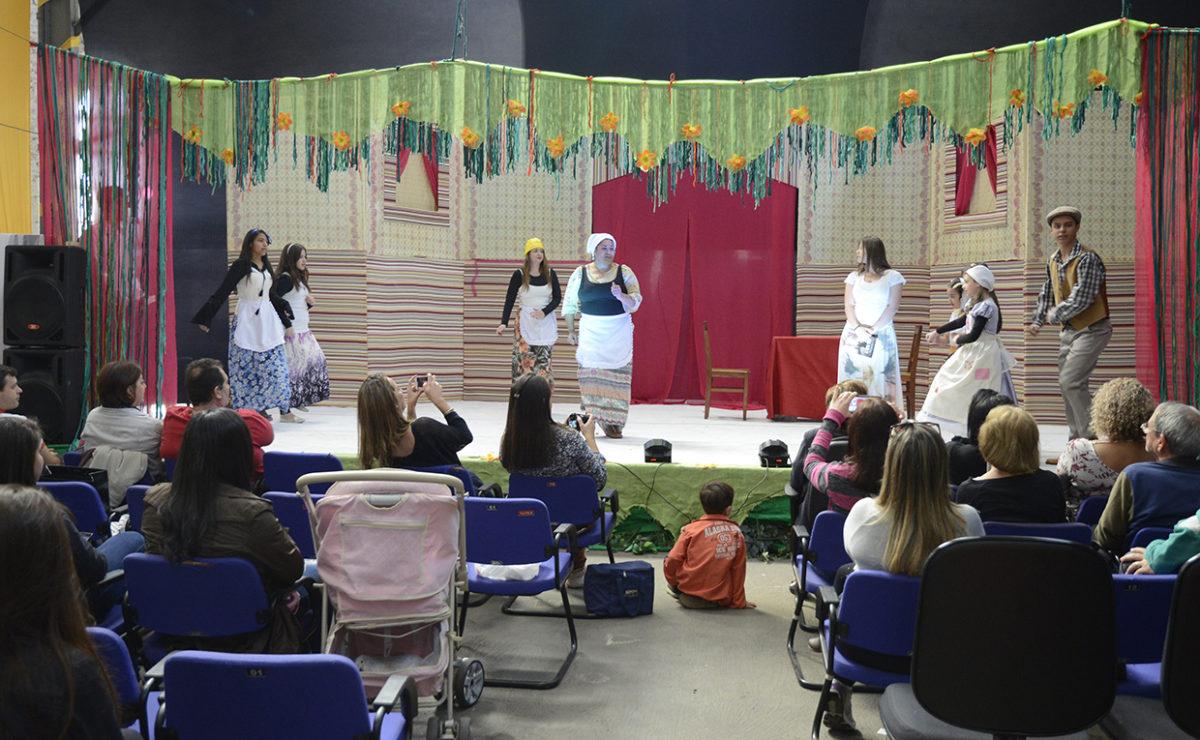 Crianças assistindo a um espetáculo infantil