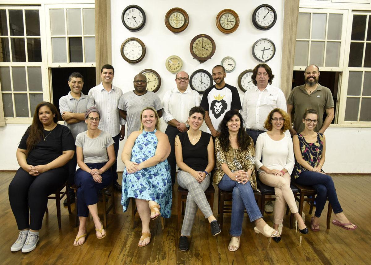 Membros do Conselho Municipal de Política Cultural em foto posada na Sala dos Relógios do Complexo Fepasa