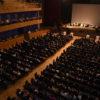 Vista do alto do Teatro Polytheama, com a plateia lotada e palco