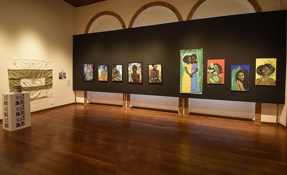 Foto de sala de exposição na Pinacoteca, com quadros da exposição Pretas reSignificações