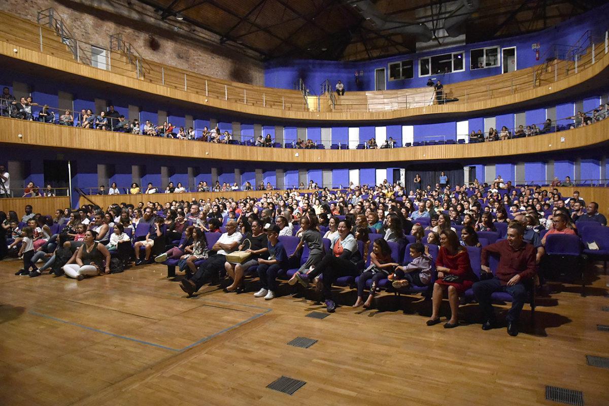 Foto da plateia do Polytheama, com público