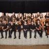 Foto perfilada dos músicos da Orquestra, com instrumentos