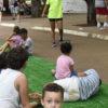 Crianças, sob a orientação de monitores, se divertem em uma estação do Ruas de Brincar montada em frente ao pavilhão do Parque