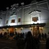 Fachada do teatro durante a noite, com