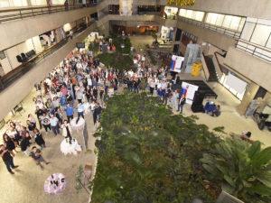 Foto do alto do Paço Municipal, com pessoas levantando taça de vinho para brindar
