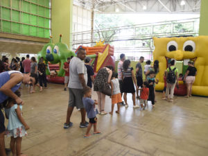 Brinquedos infláveis, com filas de crianças e adultos