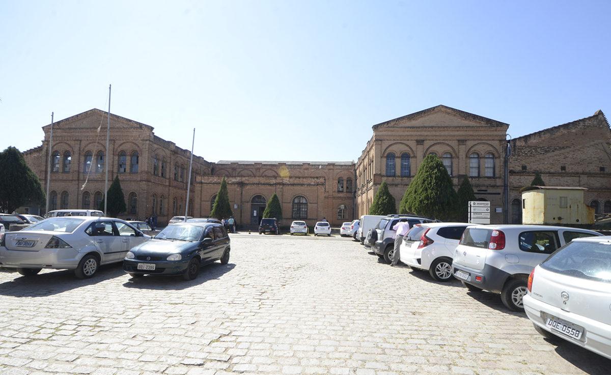 Fachada do Complexo Fepasa, com carros estacionados