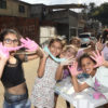 Crianças brincando com massinha de modelar colorida