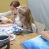 Crianças pintando com aquarela e pincéis