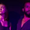 Foto em plano fechado de homem e mulher, olhando em sentidos contrários, com focos de luz