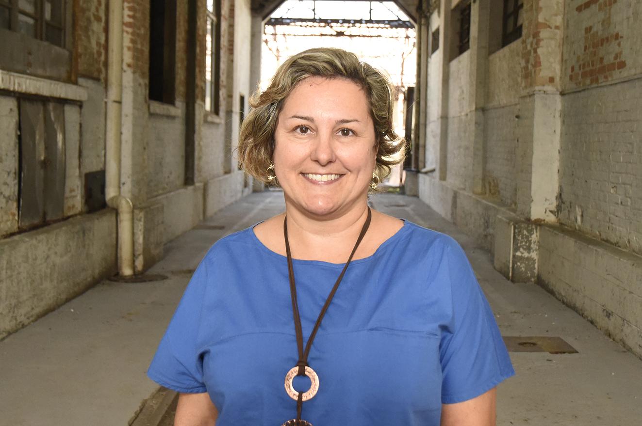 Foto posada de mulher usando colar, em um corredor